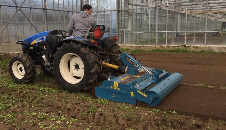 Imants JNC frees, frees met gladde rol, kas, tuinbouw, grondbewerking, freesmachine, smalle werkbreedte, freesbak, JNC freesbak, glastuinbouw, kas